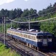 八ケ岳高原を下る普通列車