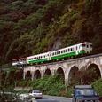 眼鏡橋を行くトロッコ列車