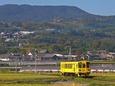 有馬川の田園地帯を行く普通列車