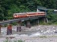 姫川を渡るキハ52&58団体列車
