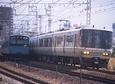 201系普通電車とすれ違う223系快速電車