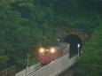 トンネルを出、餘部鉄橋を渡る普通列車