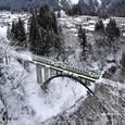アーチ橋を渡る普通列車