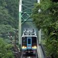 山峡の鉄橋を突き進む「南風」
