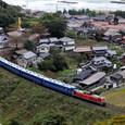 小さな漁村と客車列車