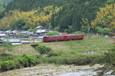山里を行く普通列車