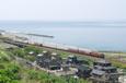 県境の海岸を行く貨物列車
