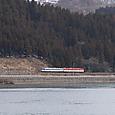 早春の阿賀野川沿いを行く普通列車