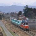 会津盆地を行く燃料輸送列車