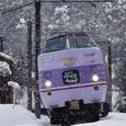 降りしきる雪の中を行く「スーパーやくも」